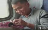 【视频】中国好男人,火车上不忘给老婆缝鞋垫!
