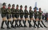 ?泉城广场上演火辣辣的水兵舞文化表演