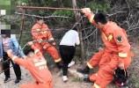 俩女大学生滑入山沟被困 南山消防紧急救援