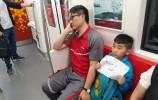 男童地鐵手寫小紙片:讓爸爸多睡會兒
