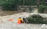 女子被困45米宽河内紧抱柳枝 消防员绕行5公里3小时将其救出