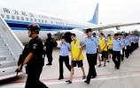 载有84名犯罪嫌疑人的飞机降落济南……