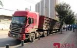 """路过济南市中区请注意安全!80多吨满载大货车压塌路面""""卡脚""""动弹不得"""