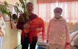 枣庄67岁高龄产妇母女一起出院