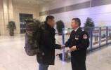 濟南西站一乘客不慎把背包遺落,熱心安檢員幫忙歸還