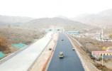 济泰高速完成路面上基层试验段摊铺12月底实现全线隧道贯通
