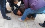 暖心!走访慰问路上,文化东路街道救助摔倒八旬老人