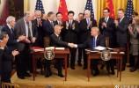 刘鹤与特朗普共同签署中美第一阶段经贸协议文本