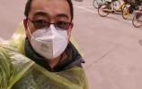 巷战Vlog ①| 记者穿雨衣跟随社区工作者入户测体温