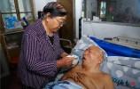 75岁老母亲照顾瘫痪儿子13年:只要他还能叫一声妈,我怎能扔下他不管