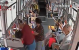 央视关注济南:女子公交车上突发热射病 司机紧急送医