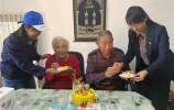 """安所在 愛相隨!濟華""""Tony""""和""""藍帽子""""志愿者重陽進社區送祝福"""