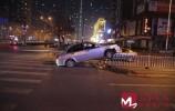 济南街头一辆汽车飞到护栏上咋回事?交警回应来了···