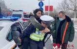 雪天群众高速摔伤 交警救助有惊无险