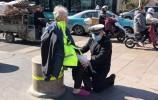 人民网点赞济南交警:这一跪,温暖一座城