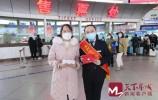 开学返校,经典三人跑得快长途汽车总站送学生旅客防疫礼包