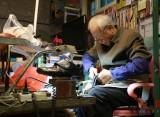【人物】胡同里的六旬修鞋匠老张:我把一辈子交待给鞋子了