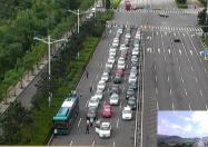 小汽车和公交车较起了劲 优先发展公交才是治堵良方