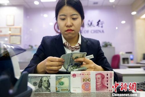 资料图:山西太原,银行工作人员清点货币。<a target='_blank' href='http://www.chinanews.com/'>中新社</a>记者 张云 摄