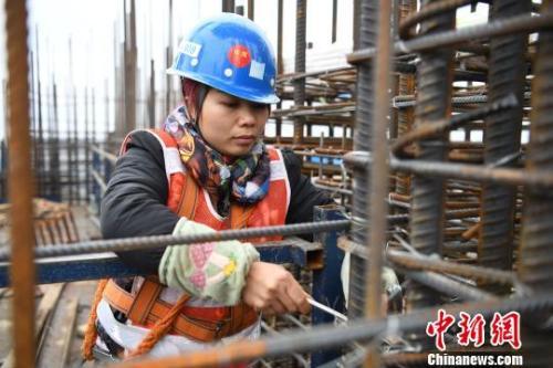 资料图:女性农民工在工地上。 胡雁 摄