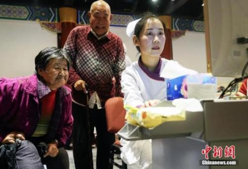 """资料图:重阳节期间,北京发起""""关注老年人营养均衡 快乐健康养老""""的公益活动。 <a target='_blank' href='http://www.chinanews.com/'>中新社</a>发 谢云松 摄"""
