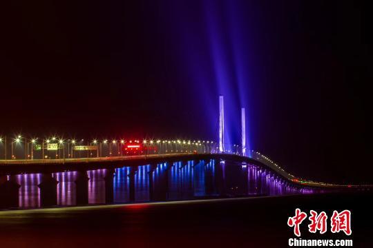 """港珠澳大桥采取""""三地三检""""通关模式收费为人民币"""