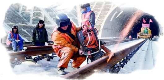 目前,济青高铁高速段轨道已经全线双线铺通,预计今年年底建成通车。(□CFP供图)