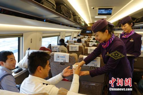仲召爽为乘客提供服务。<a target='_blank' href='http://www.chinanews.com/' >中新网</a>记者 张尼 摄