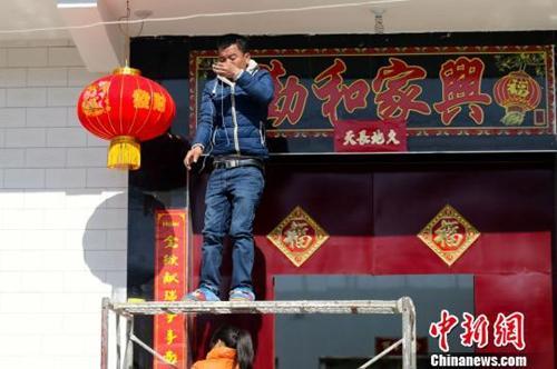 资料图:陕西关中乡村年味浓,村民挂起了灯笼。张远 摄