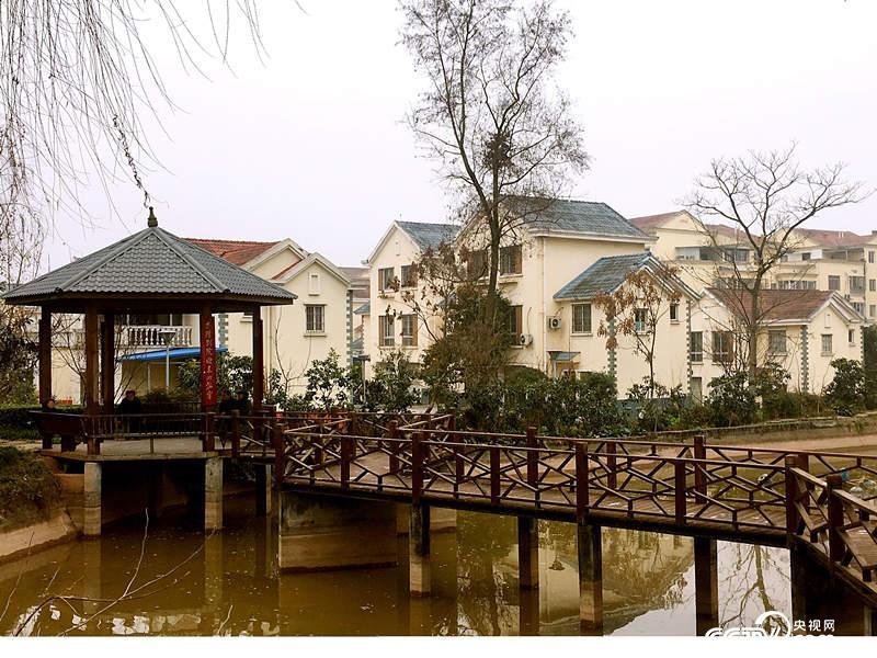 青山掩映下的一片欧式风情建筑。