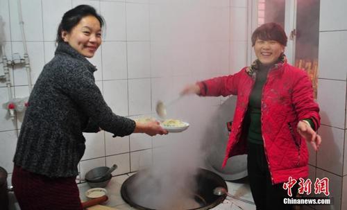 资料图:除夕夜,辽宁省葫芦岛市民在家中与家人享受丰盛年夜饭。<a target='_blank' href='http://www.chinanews.com/'>中新社</a>发 于海洋 摄