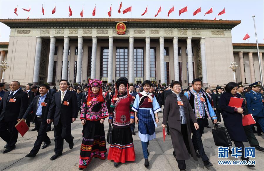 3月20日,第十三届全国人民代表大会第一次会议在北京人民大会堂举行闭幕会。这是闭幕会后,代表走出人民大会堂。新华社记者 杨宗友 摄.jpg