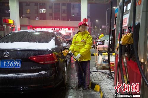 山西太原,加油站工作人员给车辆加油。<a target='_blank' href='http://www.chinanews.com/'>中新社</a>记者 张云 摄