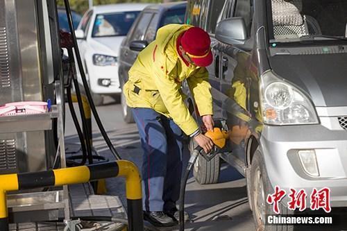 资料图:山西太原,车辆正在加油站加油。<a target='_blank' href='http://www.chinanews.com/'>中新社</a>记者 张云 摄
