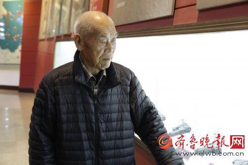 济南战役老战士回望牺牲的战友,图片拍摄于战役纪念馆