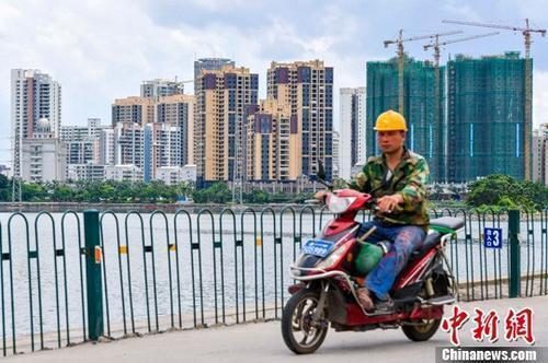 资料图:海口国兴大道附近的在建商品房项目。<a target='_blank' href='http://www.chinanews.com/'>中新社</a>记者 骆云飞 摄