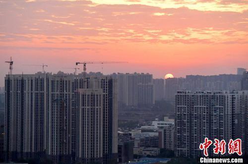 资料图:图为成都城区一角,太阳正从东方升起。<a target='_blank' href='http://www.chinanews.com/'>中新社</a>记者 刘忠俊 摄