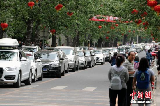 资料图:图为进入北京八大处公园的公路上,汽车排起长龙。<a target='_blank' href='http://www.chinanews.com/'>中新社</a>记者 盛佳鹏 摄