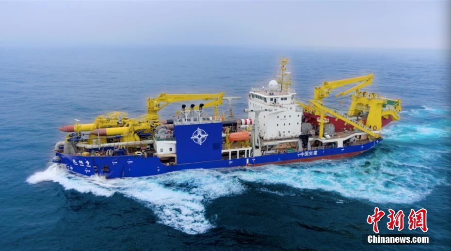 """亚洲巨型自航绞吸船""""天鲲号""""完成首次海试。王彩亚 摄"""