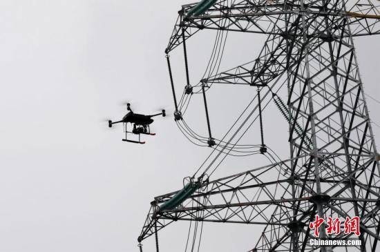 资料图:智能巡检无人机对空中电网巡检。周毅 摄