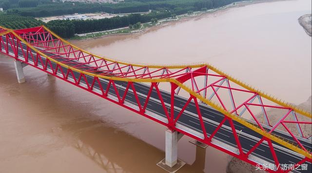 空中瞰长清黄河公路大桥 红的象火 长的象龙