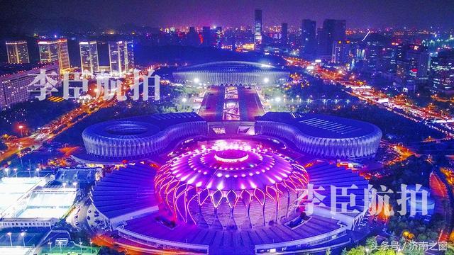 昨晚 一朵硕大荷花在济南城悄然盛开 映红了济南的天