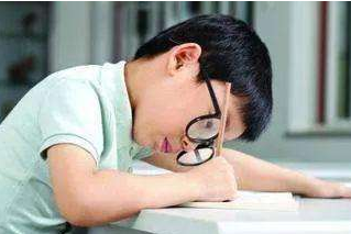 戴眼镜的学生