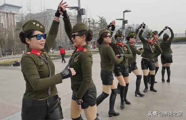 今天,泉城广场上演一场火辣辣的水兵舞文化表演