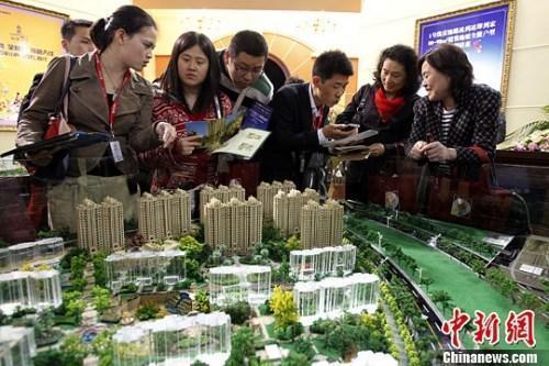 资料图:购房人在楼盘看沙盘并咨询售楼工作人员。<a target='_blank' href='http://www.chinanews.com/'>中新社</a>发 汤彦俊 摄