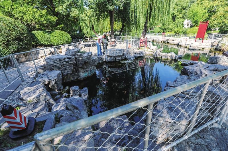 五龙潭泉畔加装护栏