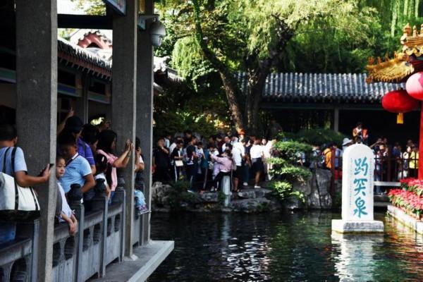 新华社镜头下的济南国庆假期:趵突泉景区游人如织