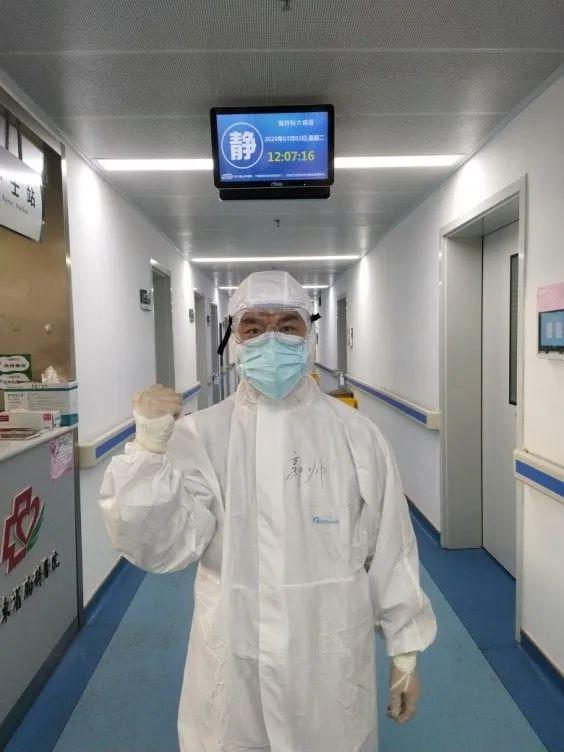 在留观病房工作的吕艳。