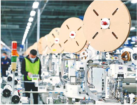 疫情期间,青岛京信电子有限公司工人忙着生产出口韩国的汽车线束产品。 □新华社发