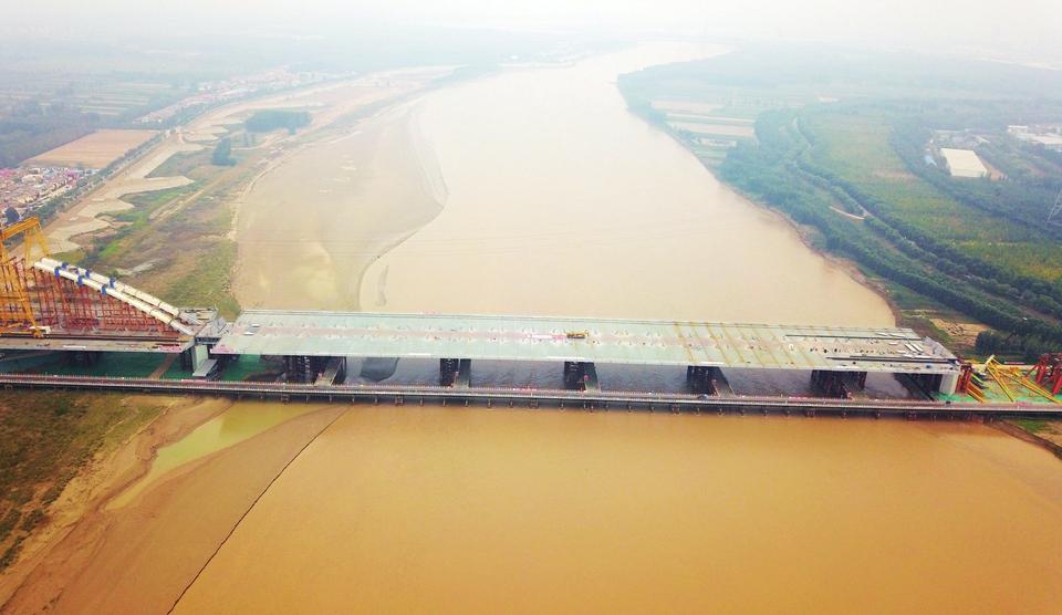 """万吨""""钢龙""""跨黄河 齐鲁黄河大桥中跨顶推到位"""